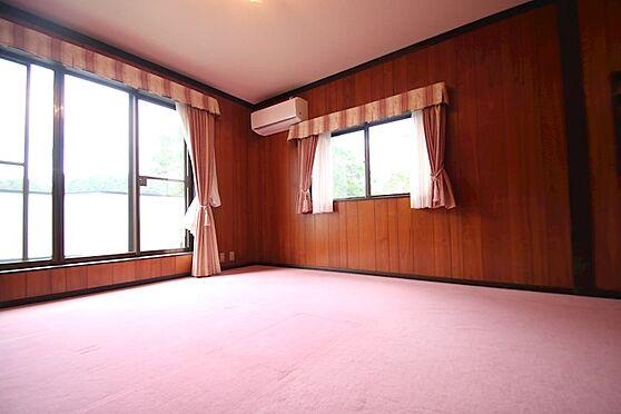 中古一戸建て-熱海市伊豆山 2階の1番奥の洋室は8帖ございます。開口部は北西側、南西側の2面採光です。
