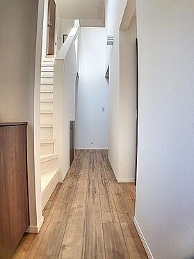 中古一戸建て-福岡市早良区飯倉4丁目 吹抜があり、明るい室内です。