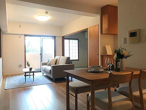 中古マンション-さいたま市南区大字太田窪 明るい陽射しが差し込むリビング ※配置されている家具はディスプレイ用です