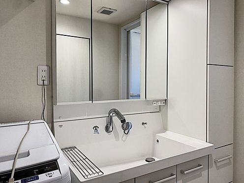 中古マンション-安城市朝日町 スタイリッシュな洗髪洗面化粧台は、収納もしっかりあります。