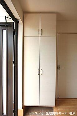 戸建賃貸-磯城郡田原本町大字阪手 大容量のシューズボックスは30足程度入ります。散らかりがちな場所の整理に役立ちます(同仕様)