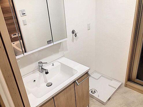 区分マンション-名古屋市西区貴生町 収納可能な3面鏡タイプの洗面台。