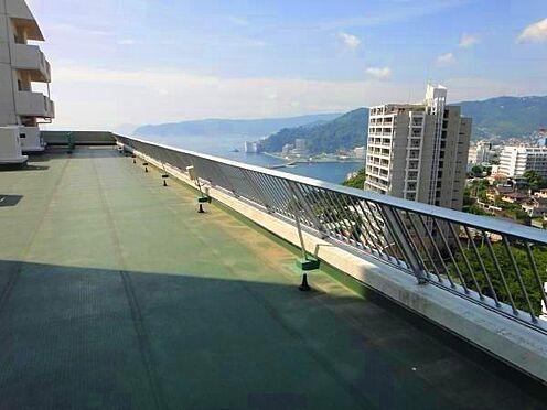 中古マンション-熱海市海光町 11階にある自由に出入りできる屋上です。対象不動産は画像の左奥にある最上階です。