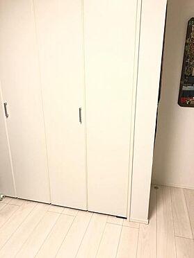 中古一戸建て-名古屋市中村区沖田町 奥行きと幅のあるクローゼットは、断捨離をする必要のないくらい収納力があるところが魅力です! デッドスペースを作らない折れ戸で家具の配置を邪魔しないところに住まう人への配慮を感じます!