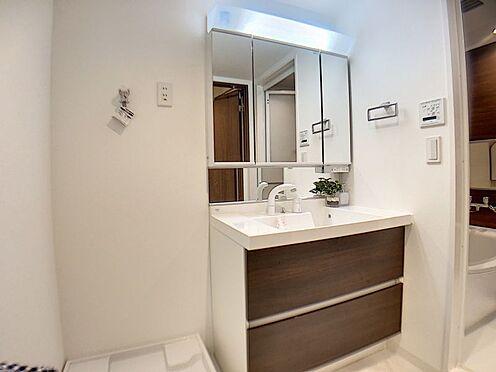 中古マンション-名古屋市名東区名東本町 大きな3面鏡の裏には化粧品等を収納できるスペースがございます。