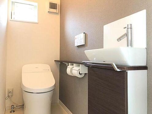 中古一戸建て-福岡市早良区野芥5丁目 1Fのトイレです。タンクレストイレですっきりとしています。