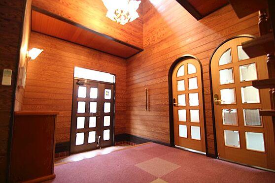 中古一戸建て-熱海市伊豆山 客人を招き入れる玄関は天井高で外からの採光を取り入れた気品のある玄関です。