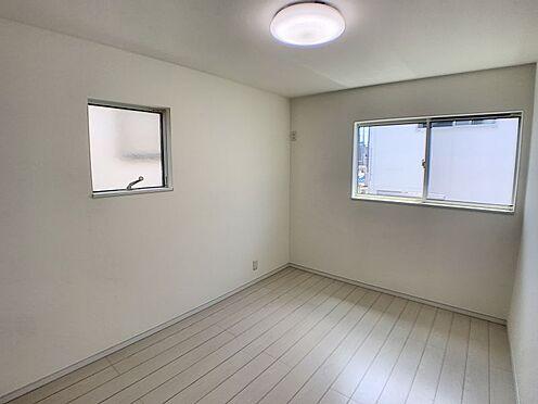 戸建賃貸-西尾市平坂町奥天神 二面採光の明るい洋室、フローリングでお掃除ラクラク♪