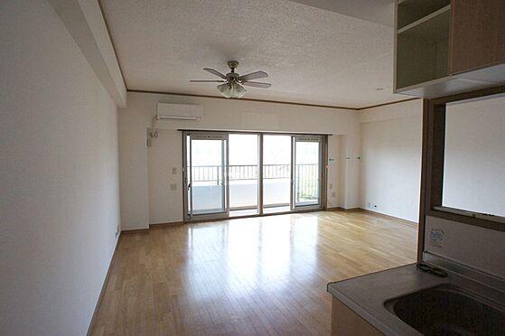 マンション(建物全部)-柏市東中新宿4丁目 キッチンから見たリビングです。小さなお子様がいても目が届きます。