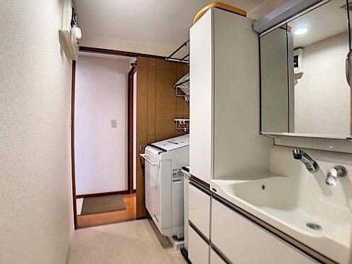 中古マンション-豊田市若林西町塚本 3面鏡の洗面台です。毎朝歯を磨く際に使用する歯ブラシやタオル、男性なら髭剃りなど洗面台で使う日用品を近くに収納することで管理と使用がしやすくなります。