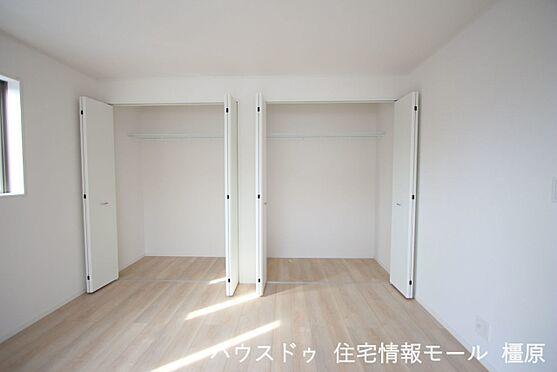 戸建賃貸-磯城郡田原本町大字阪手 2階洋室には全てクローゼットがございます。沢山の衣類や小物もすっきり整理できますね。(同仕様)