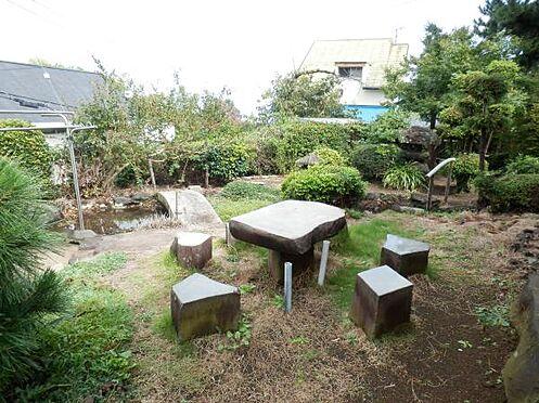 中古一戸建て-伊東市富戸 石のテーブルを設置された庭。人工池を観ながらの落ち着いた空間です。