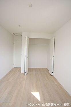 戸建賃貸-磯城郡田原本町大字阪手 クローゼットの有る部屋はスッキリと片づけることができます。タンスが必要ないためスぺースを取りません。(同仕様)