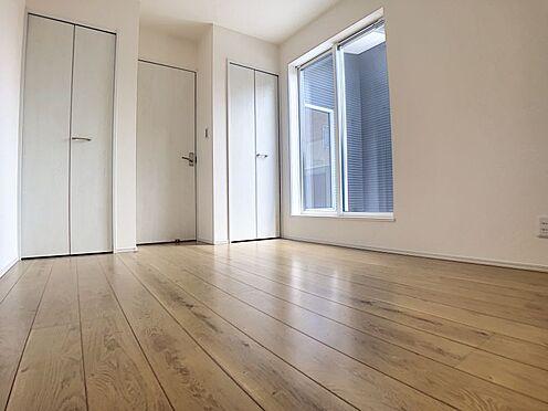 新築一戸建て-西尾市伊藤2丁目 南面バルコニーに面した主寝室。採光・通風に優れた心地よい空間。