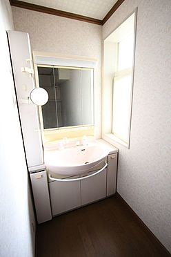 中古一戸建て-橿原市十市町 洗面台は便利なシャワー付きです。向かって左側の収納は、わずかなスペースですが化粧品など細々とした物の整理に役立ちます。