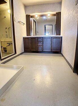区分マンション-豊田市下市場町8丁目 大きな鏡の付いた洗面台は、家族で身支度の時間が重なっても余裕を持って支度ができます!