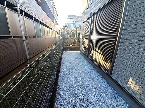 新築一戸建て-八王子市堀之内2丁目 ちょっとした庭スペース付です。向かいに建物がありますが目隠しもついておりプライベート性は高めです。