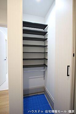 戸建賃貸-橿原市膳夫町 玄関収納の棚は可動式。お好きなレイアウトでご利用下さい。