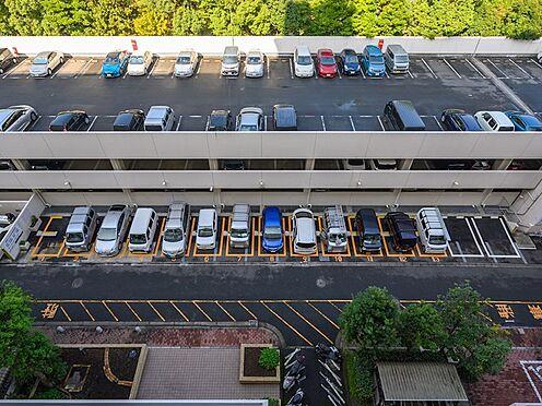中古マンション-品川区八潮5丁目 駐車場です。55号棟の目の前が駐車場なので便利です。