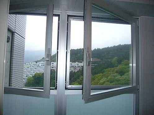 中古マンション-熱海市伊豆山 浴室には窓があるので、換気も問題ありません。