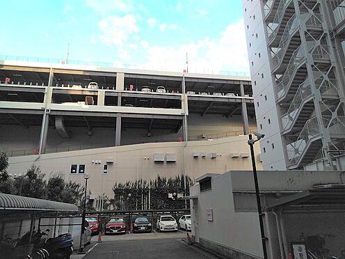 中古マンション-品川区勝島1丁目 駐車場。正面に見えるのはウィラ大井(ショッピングセンター)の立体駐車場です。