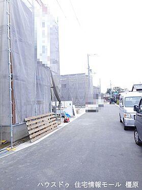 戸建賃貸-磯城郡田原本町大字阪手 開発分譲地内にあり前面道路幅は約6m。大型車でもスムーズに出し入れできます。