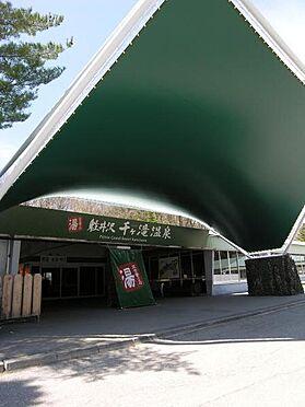 土地-北佐久郡軽井沢町大字長倉 千ケ滝温泉まで2.3KM。車で5分の場所に温泉があります。