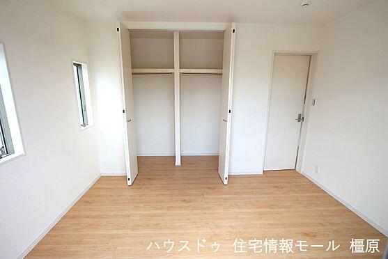 戸建賃貸-磯城郡田原本町大字八尾 2階洋室には全てクローゼットがございます。沢山の衣類や小物もすっきり整理できますね。(同仕様)