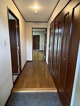 中古マンション-伊東市荻 【玄関】玄関入ると収納があり便利です。