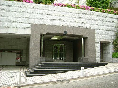 リゾートマンション-熱海市伊豆山 セキュリティ対策に恵まれた安心頂ける管理です。2重扉で荘厳な印象です。