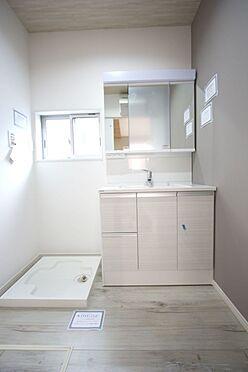 新築一戸建て-橿原市菖蒲町2丁目 大型の洗濯機も無理なく設置できる広さを確保。洗面台は便利なシャワー付きです。