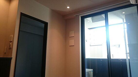マンション(建物一部)-千代田区神田司町2丁目 【リビングから洋室入り口】新築時(2015年8月)撮影