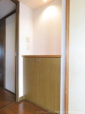 中古マンション-稲城市長峰3丁目 リビング入口にはニッチを活かしたカウンターがあります。飾り棚としてお使いいただくのも素敵です。