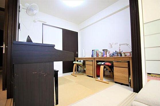 リゾートマンション-熱海市清水町 和室:リビングに併設されている約3.5帖の和室は約4.3帖の和室に変更されております。