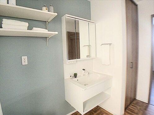 戸建賃貸-西尾市吉良町木田祐言 清潔感溢れるスタイリッシュなデザインの洗面化粧台。