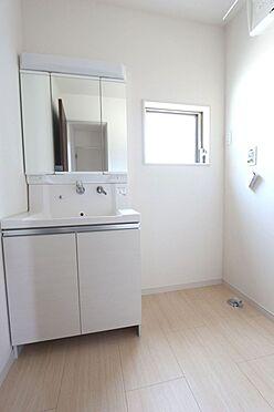 戸建賃貸-北葛城郡広陵町大字三吉 大型の洗濯機も無理なく設置できる広さを確保。洗面台は便利なシャワー付きです。(同仕様)