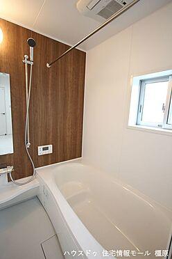 戸建賃貸-橿原市膳夫町 1坪サイズのゆったりした浴室で足を伸ばしておくつろぎ下さい。キッチンからボタン一つでお湯はりや追い焚きの操作ができるオートバス機能付きです
