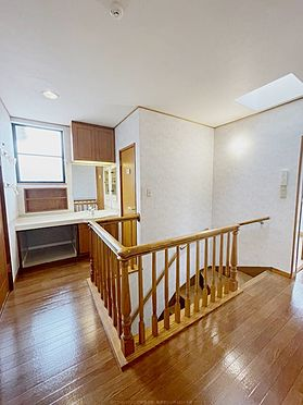 戸建賃貸-浦安市舞浜3丁目 2階ホール。洗面、トイレ、窓等あり、とても開放的な空間です。