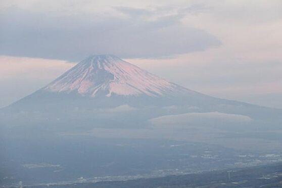 中古一戸建て-伊豆の国市奈古谷 夕日に染まる富士山から、笠雲を被った富士山まで、富士山の変遷を楽しめます。