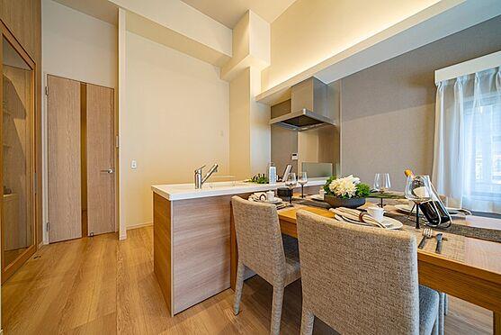 中古マンション-大田区西蒲田7丁目 【Kitchen】リビングにいる家族とお話しながら料理ができる、オープンな対面カウンターを採用。