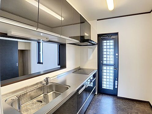 戸建賃貸-一宮市伝法寺3丁目 北側に勝手口のあるキッチンは便利ですね。