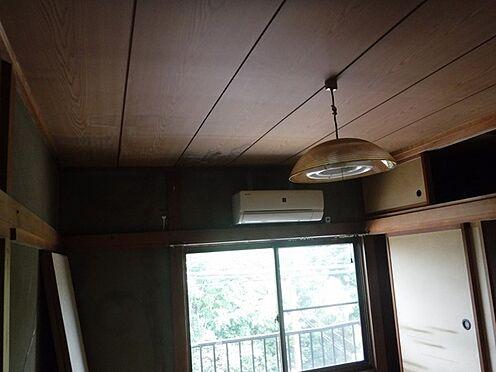 店舗付住宅(建物全部)-八街市八街に 2階アパート部分、階段上がって右側の2DK玄関近くの和室6帖、雨漏り歴あり