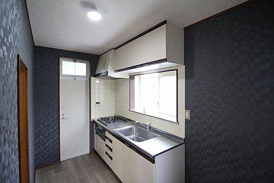 戸建賃貸-熊谷市江南中央3丁目 キッチンは吊戸棚、床下収納、勝手口もあり。