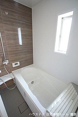 戸建賃貸-磯城郡田原本町大字阪手 半身浴もゆっくり楽しめる1坪の広々浴室。お子様と一緒のバスタイムも楽しめますね。(同仕様)