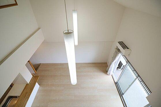 中古マンション-八王子市南大沢5丁目 ギャラリーからリビングダイニングを撮影。照明は勾配天井専用です。