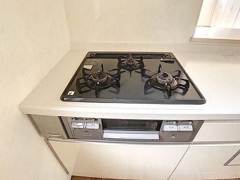 戸建賃貸-安城市桜井町塔見塚 3口コンロで料理の効率も上がりそうですね!