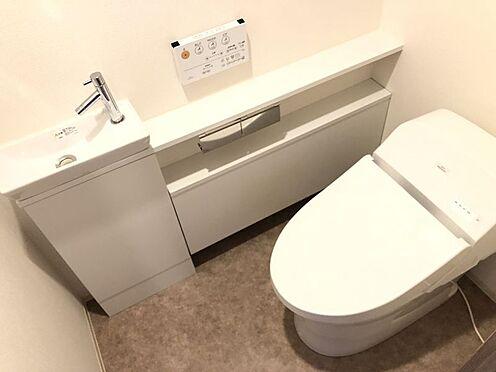 中古マンション-尾張旭市印場元町1丁目 設備の充実した清潔感のあるトイレです。上部には収納スペースございます。