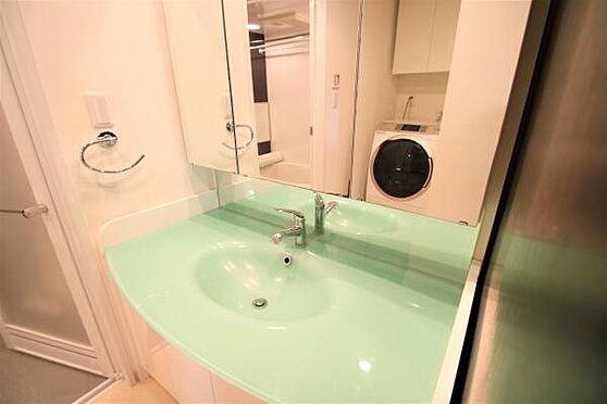 リゾートマンション-熱海市清水町 洗面所:大型ミラーや豊富な収納スペースを備えた、機能美あふれる独立洗面台。