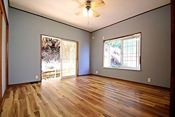 中古一戸建て-熱海市上多賀 2階の洋室の床、クロス、ふすまを交換しています。