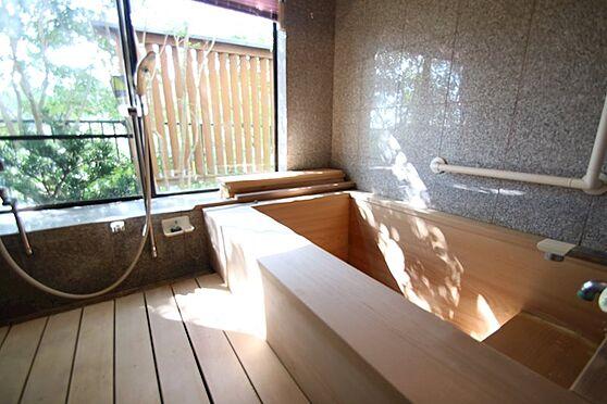 中古一戸建て-熱海市伊豆山 檜の匂いが残る浴槽は足を伸ばせる広さです。温泉は権利金を支払うことにより引き込むことが可能です。